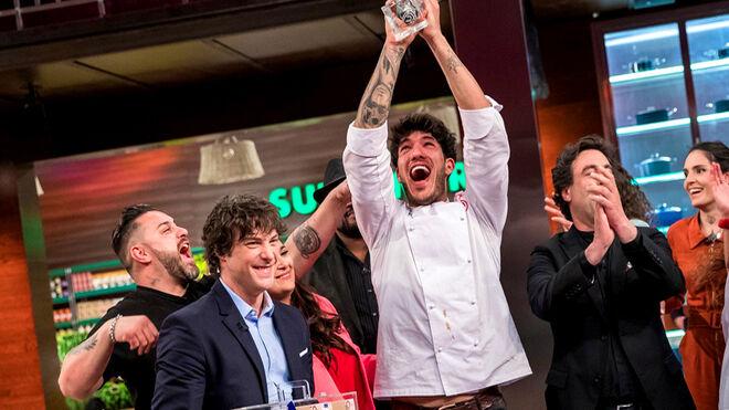 Aleix-alza-trofeo-ganador-MasterChef_2134596525_13708799_660x371.jpg